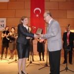 2011 de yılın radyosu seçilen Gün FM Yılın Radyosu ödülünü alırken